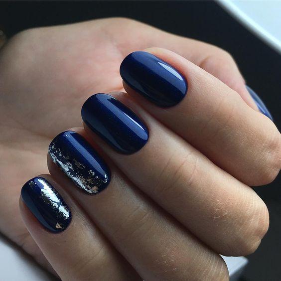 Идея темно-синего маникюра с фольгой