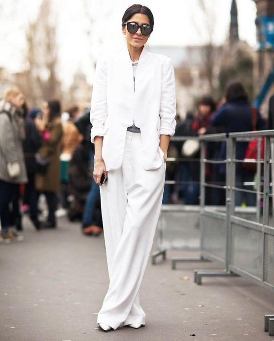 Белый брючный костюм с широкими штанами