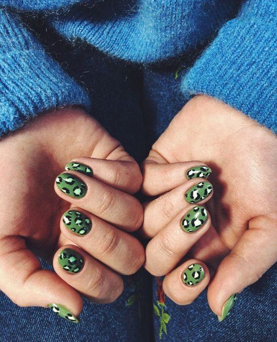Зеленый леопардовый маникюр
