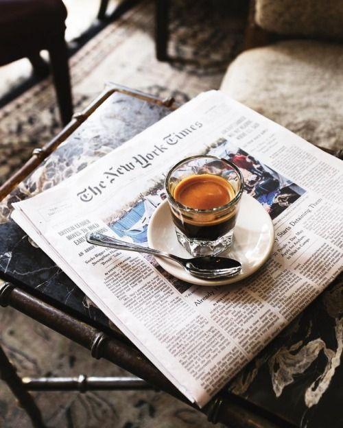 черный кофе и газета