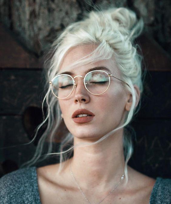 Девушка с макияжем под очки