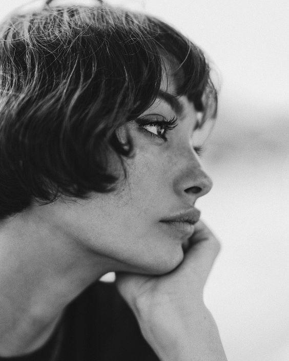 красивая девушка черно-белое фото