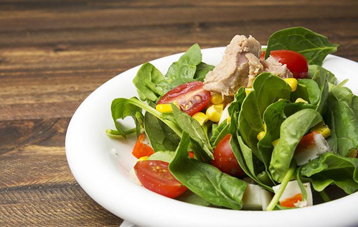 салат из шпината, тунца и семян льна
