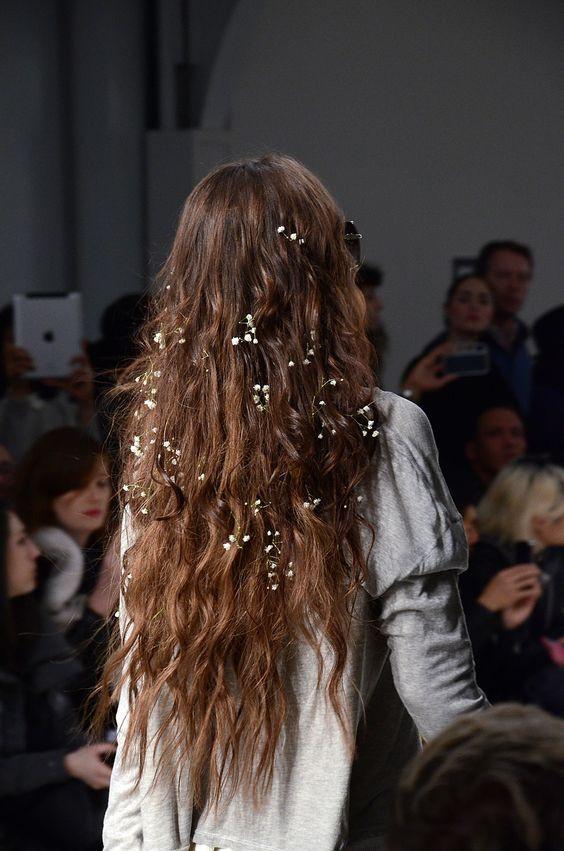 Небрежная прическа на длинные волосы с цветами гипсофилы