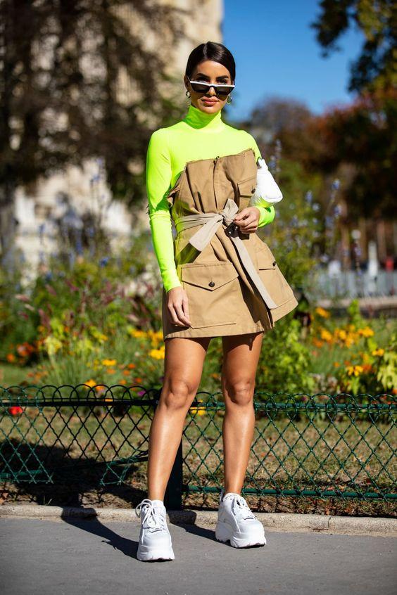 костюм с зеленой водолазкой