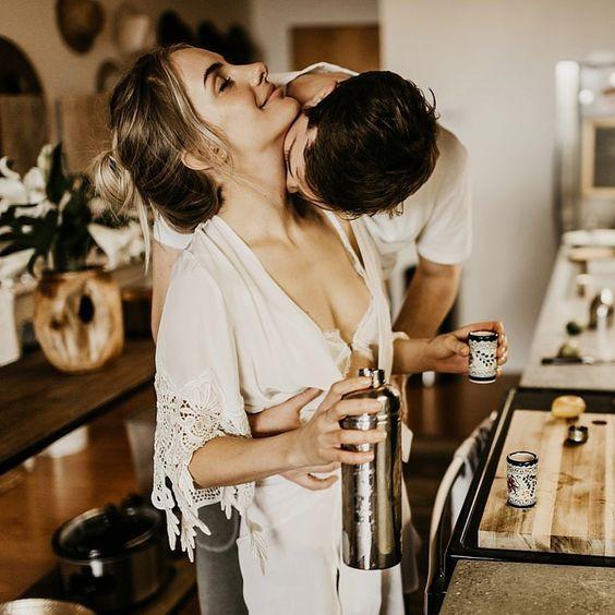 мужчина целует в шею