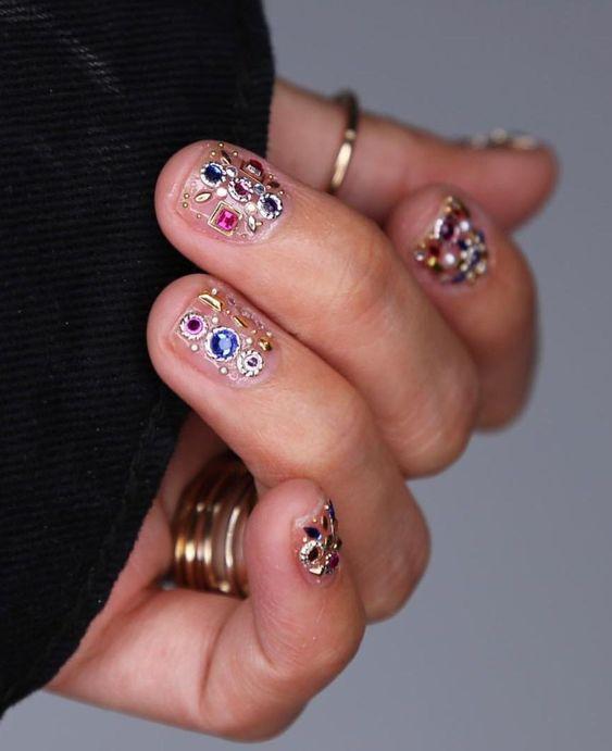 Объемный маникюр с кристаллами и стразами на короткие ногти