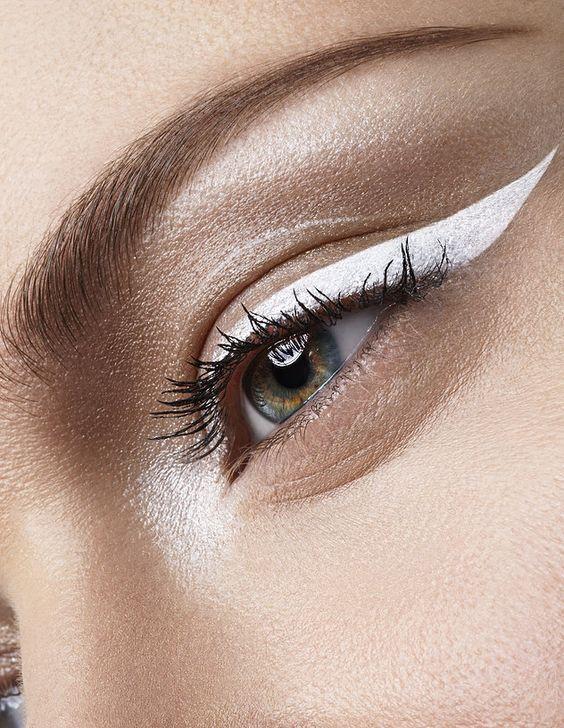 макияж с белыми стрелками и тушью