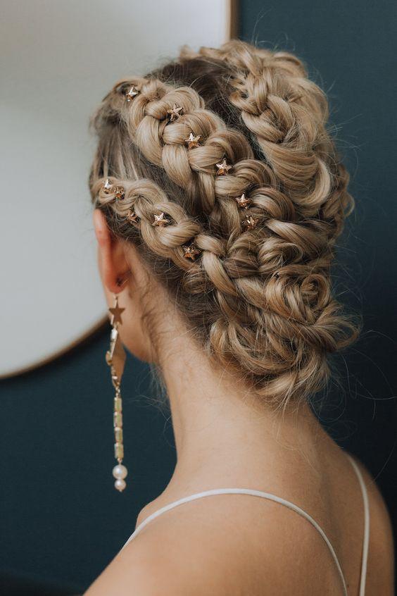 Бохо-прическа на средние волосы с косами