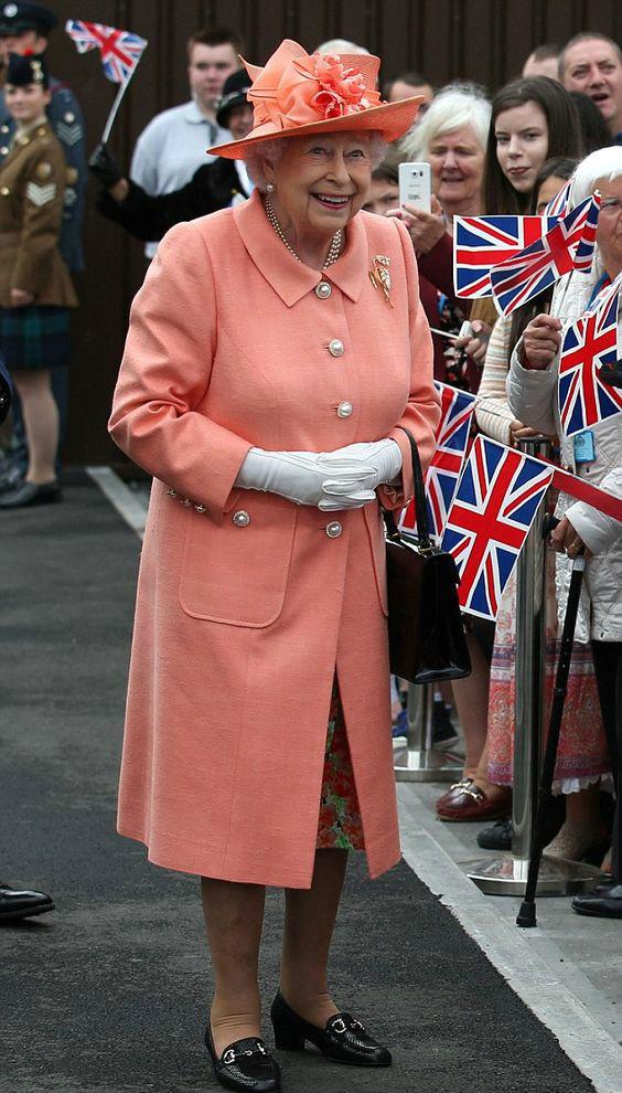 королева елизавета в коралловом костюме