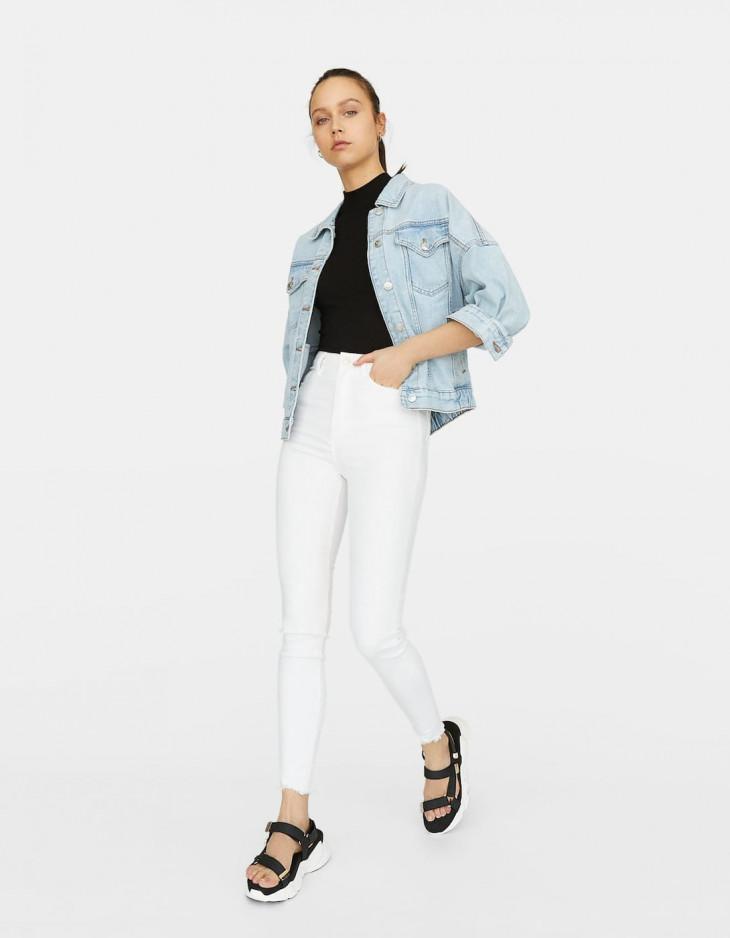 Белые джинсы с высокой талией Stradivarius
