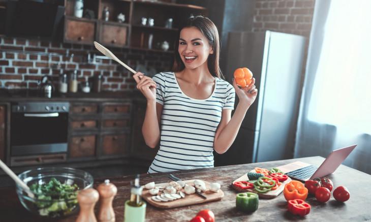 Девушка готовит здоровый обед из сезонных продуктов