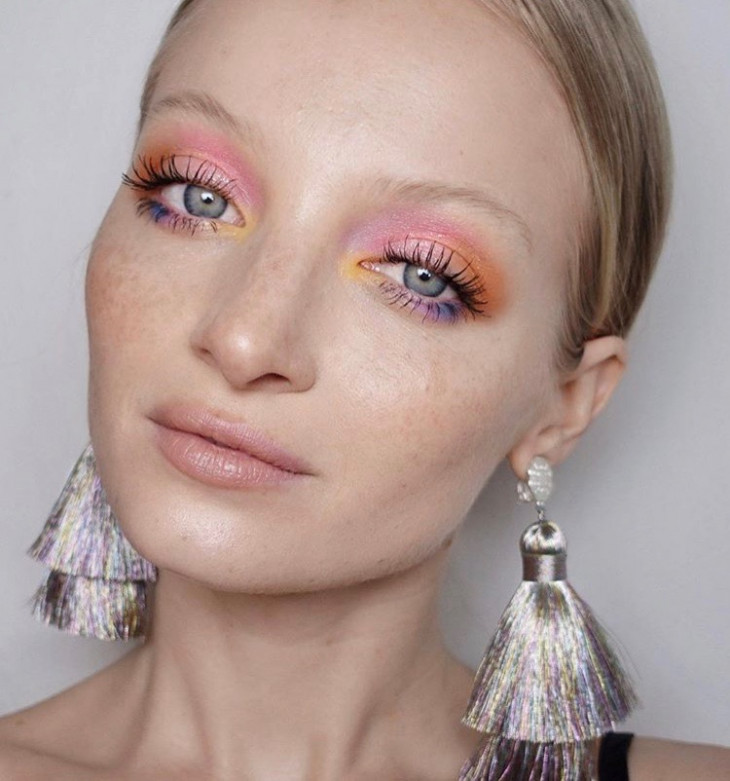 Тренді макияжа радужные тени для век
