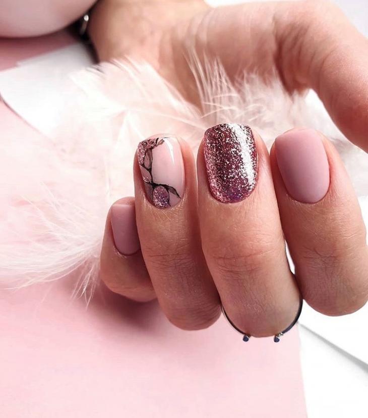 Розовый дизайн ногтей с глиттером