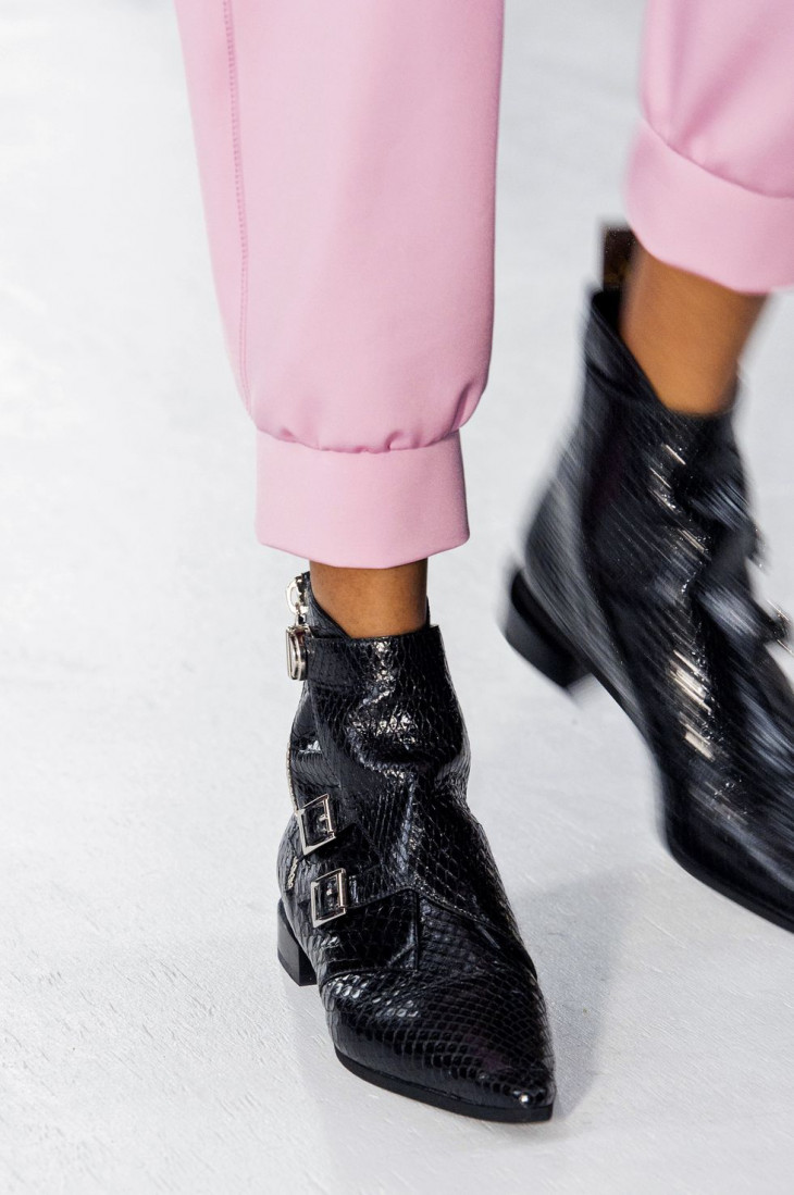 Ботинки пряжки