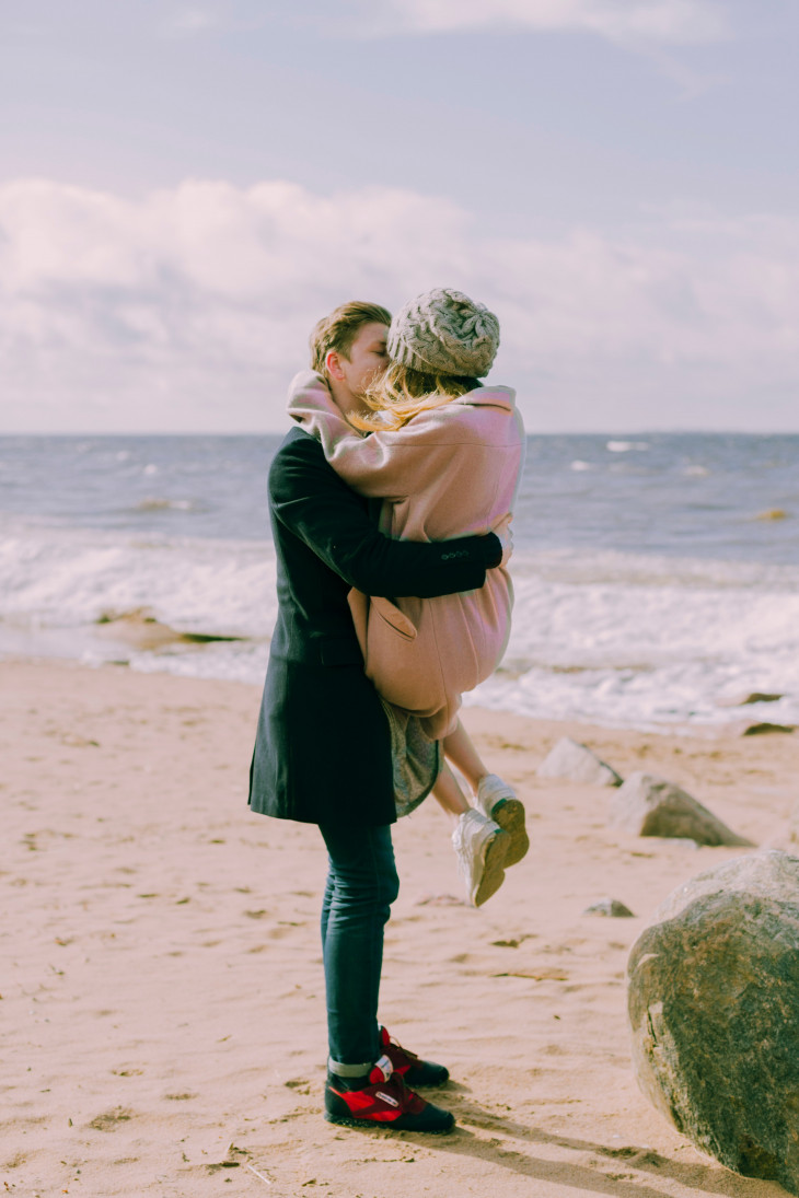 Пара целуется на берегу моря
