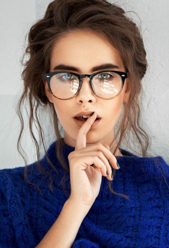 Девушка в очках с яркой оправой и с яркими бровями