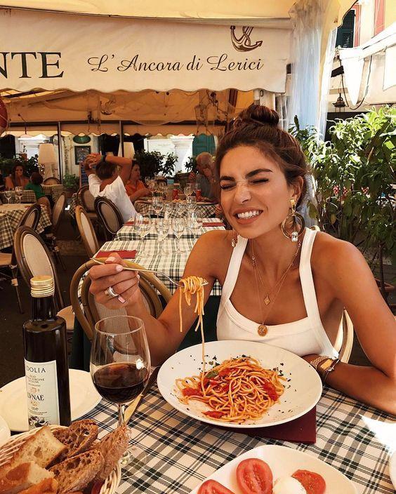 Девушка ест пасту в отпуске