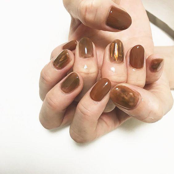 Янтарь на ногтях
