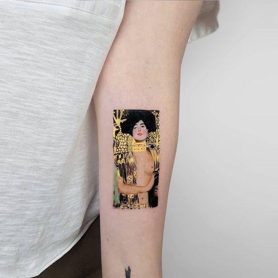Женская татуировка с полотном Климта