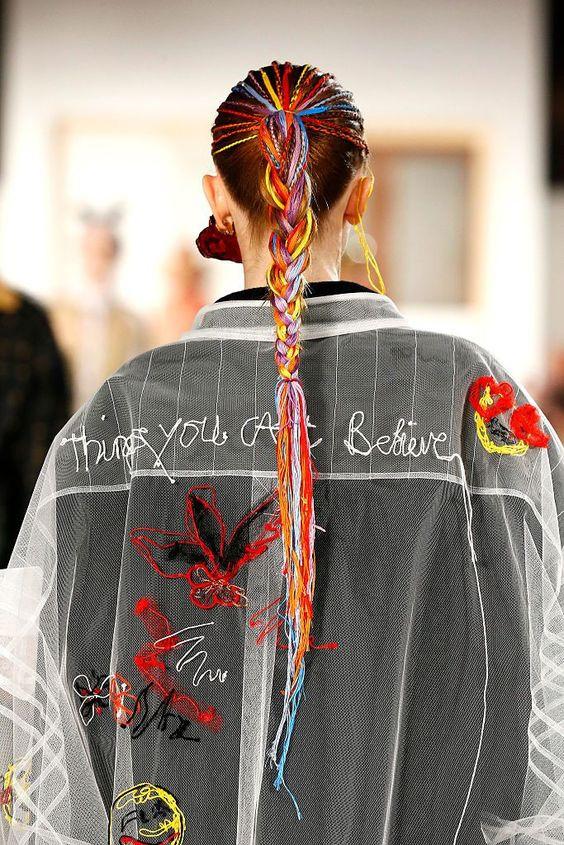 Красивые косы с разноцветными нитками