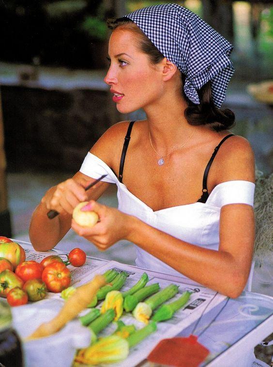 Девушка готовит еду с низким гликемическим индексом