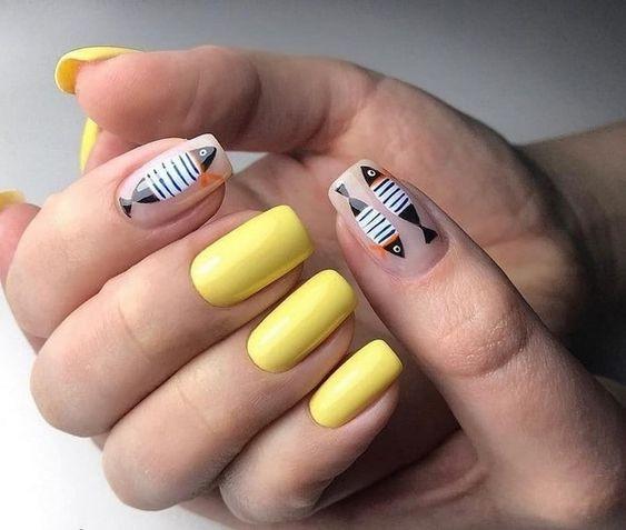 Желтый маникюр с рыбками на море
