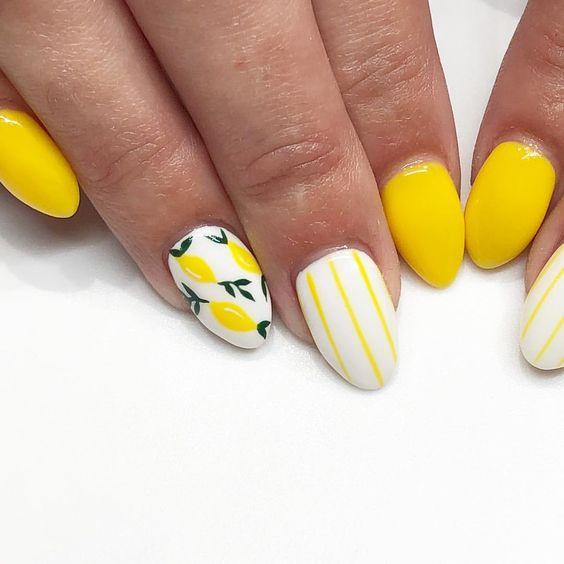 Маникюр в желтых тонах с лимонами