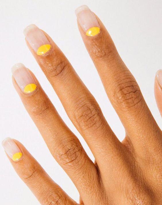 Бежевый маникюр с желтыми лунками