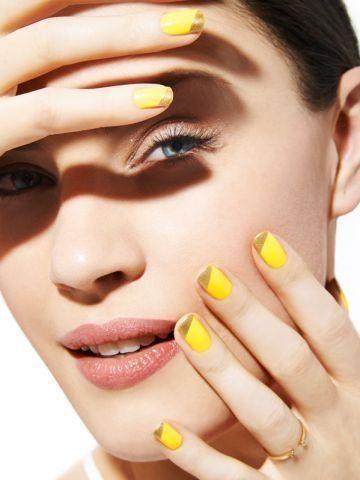 Девушка с желтым французским маникюром