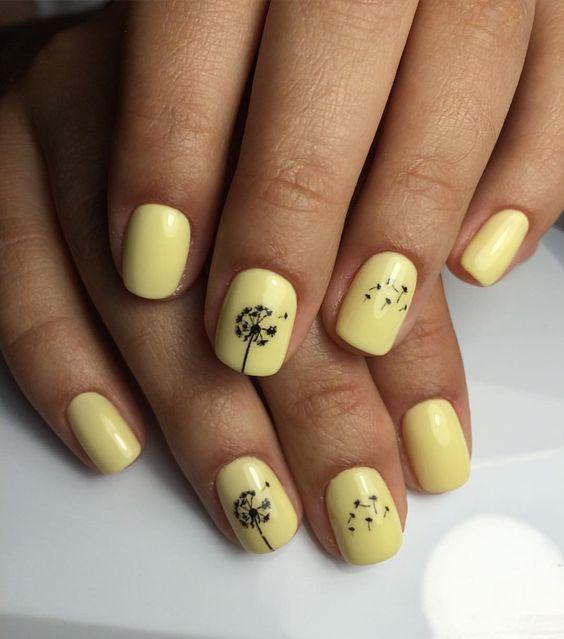 Желтый маникюр с одуванчиком