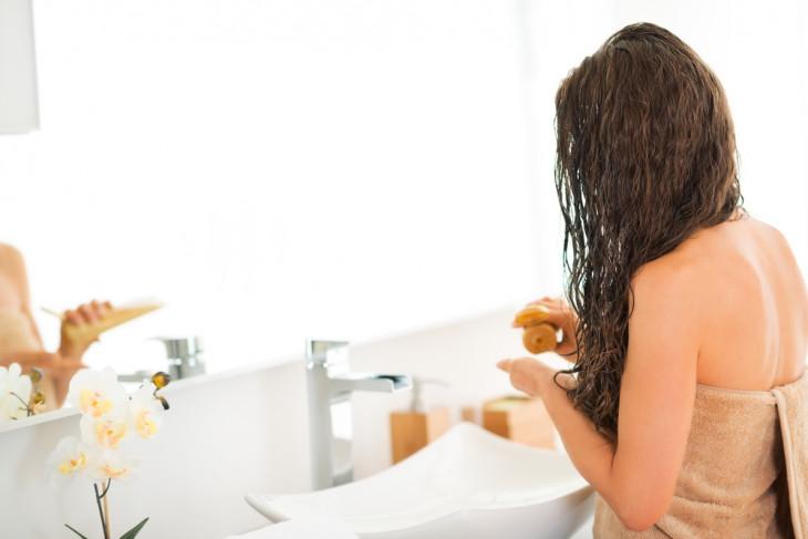 Девушка наносит увлажняющую маску для волос