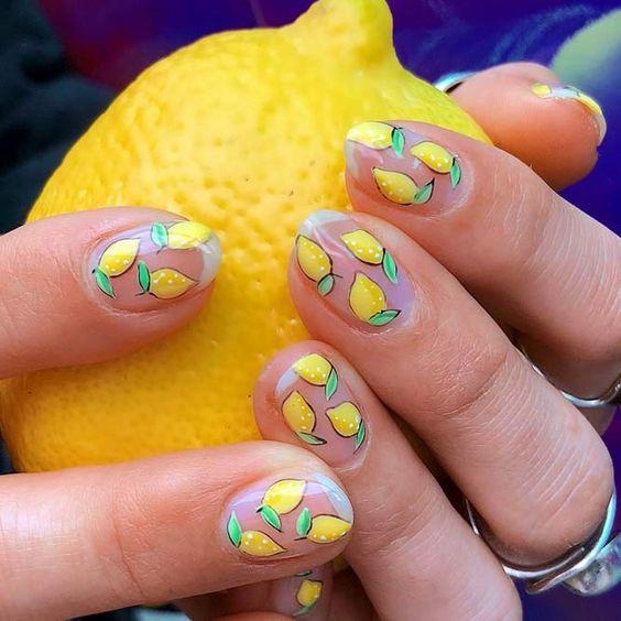 Желтый маникюр с лимонами