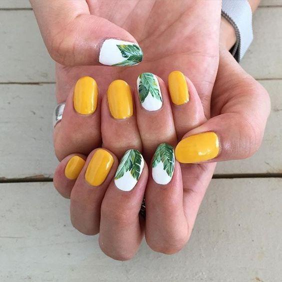 Желтый маникюр на лето с флористическим узором