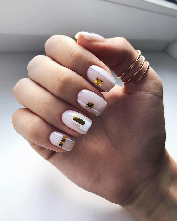 Маникюр с золотыми полосками
