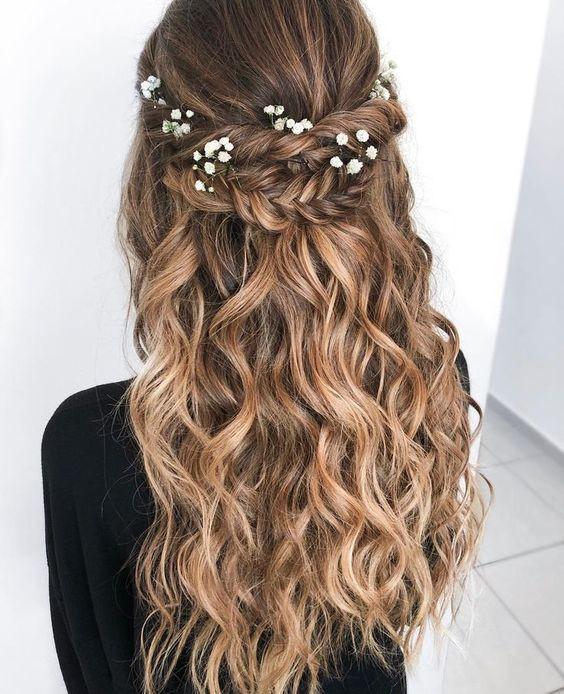 Нежная прическа на выпускной на длинные волосы