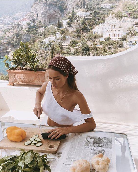 Девушка готовит здоровую еду