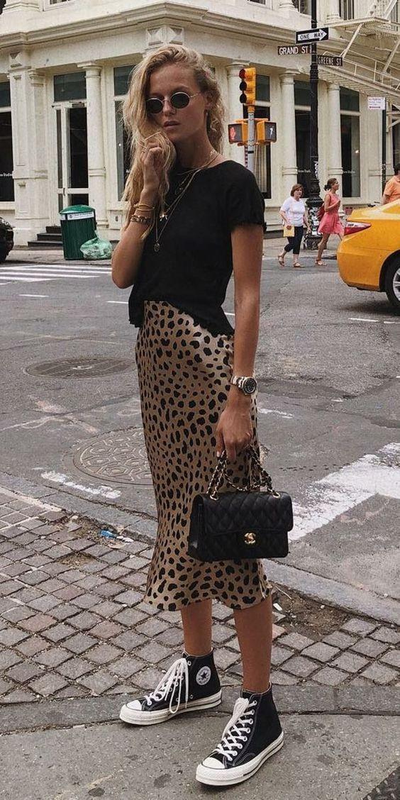 кеды и леопардовая юбка
