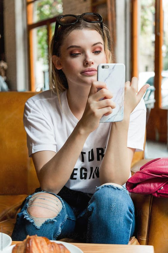 Голубой свет смартфона - причина старения кожи