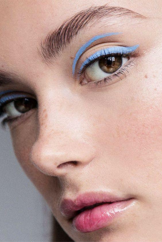 Голубой карандаш для глаз поможет выглядеть моложе