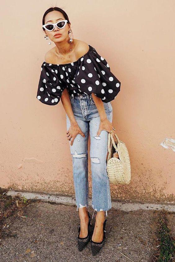 блуза в горох и джинсы