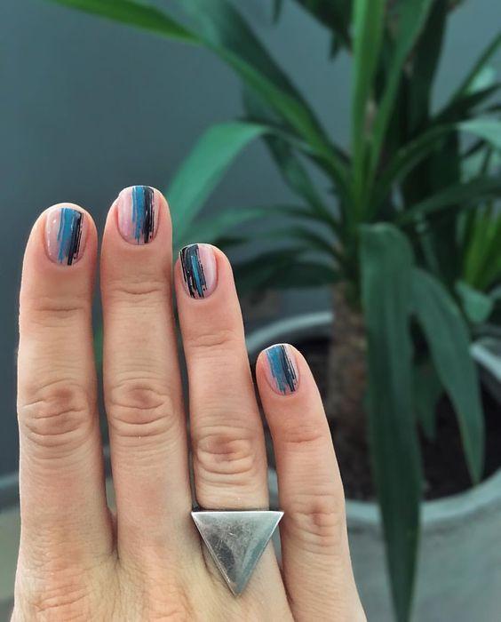 голубые мазки на ногтях