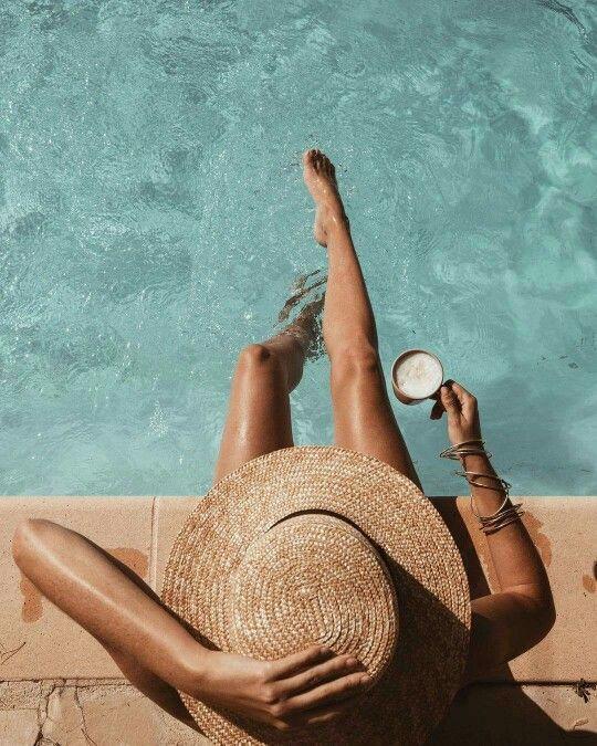 Девушка возле бассейна