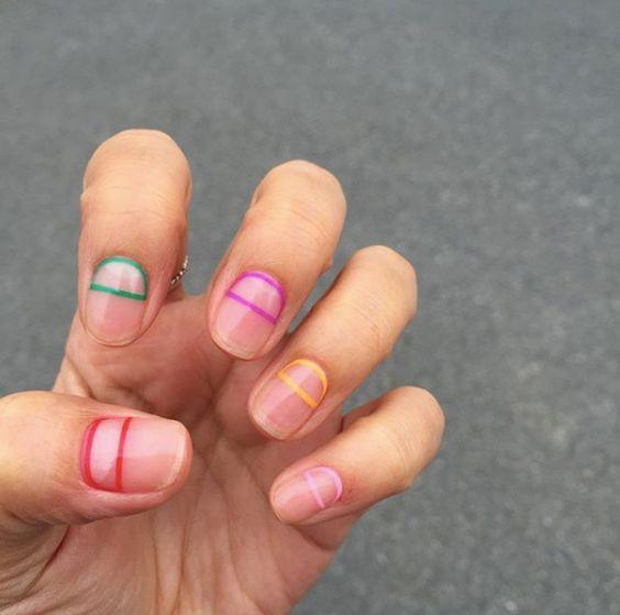 яркие полоски на ногтях
