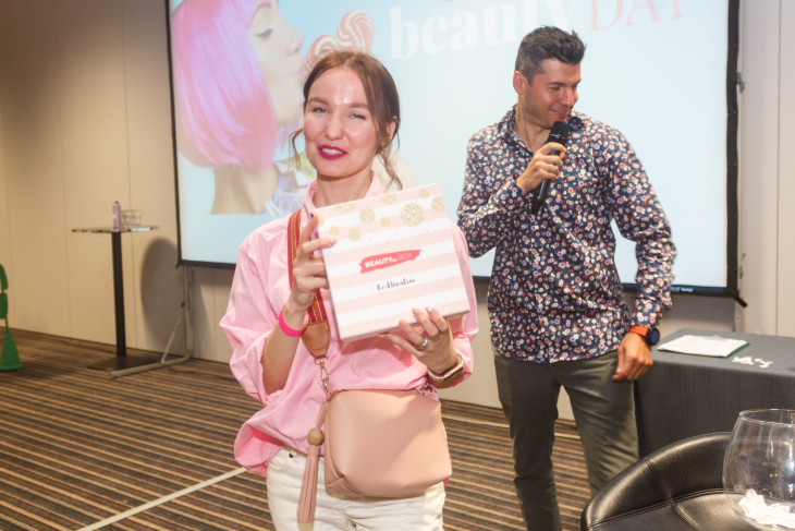 Победительница с подарком от редакции Beauty Box