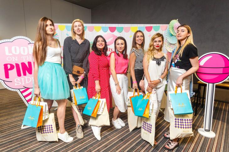 Гости-блогеры с подарками от партнеров