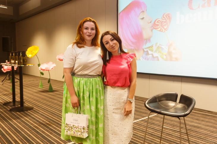 Даша Калинина и победительница с подарком от Ziaja