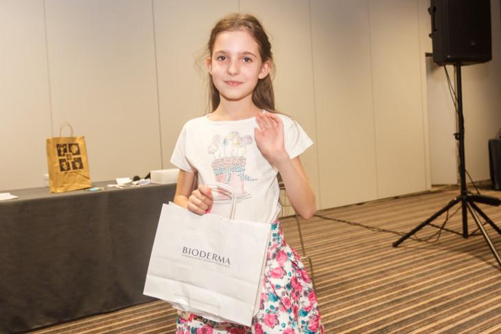 Победительница конкурса с подарком