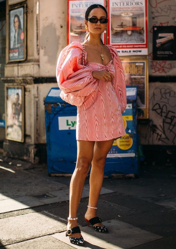 розовое платье с объемными рукавами