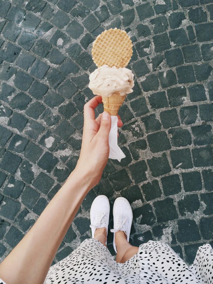 Мороженное в руке